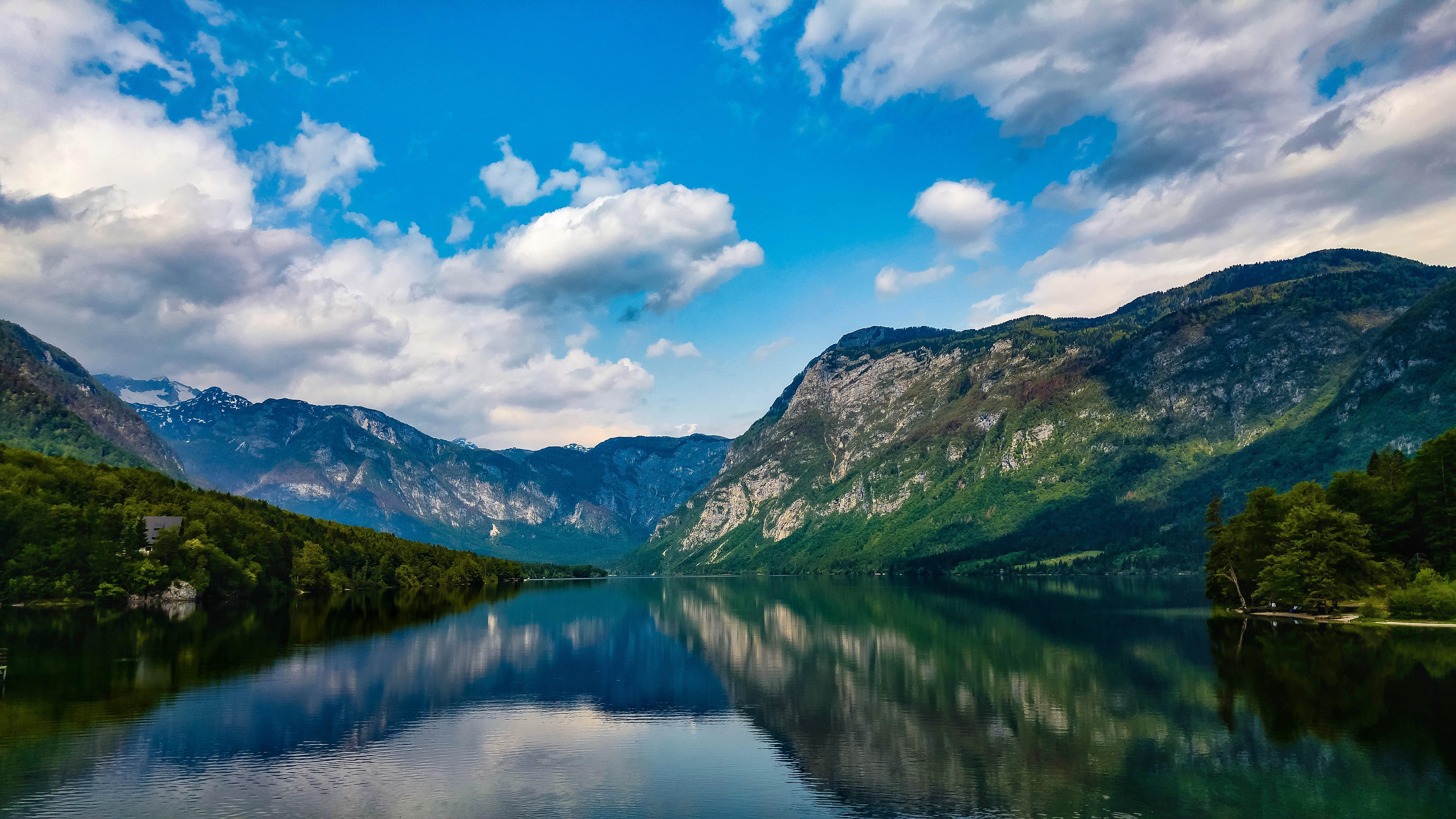 amazing-lake-in-mountains-idyllic-alpine-landscape-QWV98BX